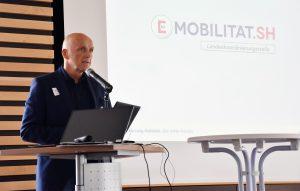 Jürgen Möller (Klimapakt-Vorsitzender) eröffnete die Podiumsdiskussion zum Thema E-Mobilität in Flensburg.