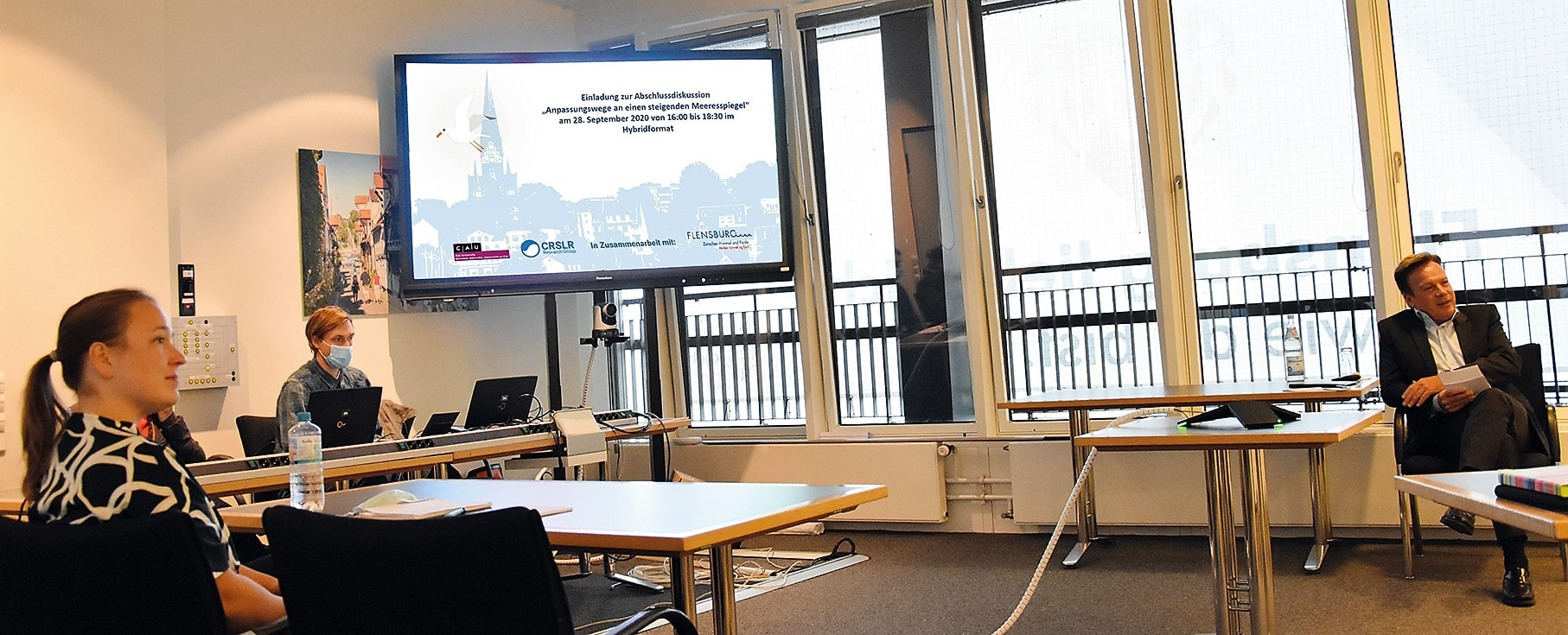 Unter der Leitung von Dr. Jana Koehrt (CAU Kiel, links im Bild) und der Moderation von Andreas Otto (RSH, rechts im Bild) wurde im Rahmen des Webinars mit Online- und einigen Präsenzteilnehmern intensiv über Flensburger Anpassungswege bezüglich des Klimawandels diskutiert.
