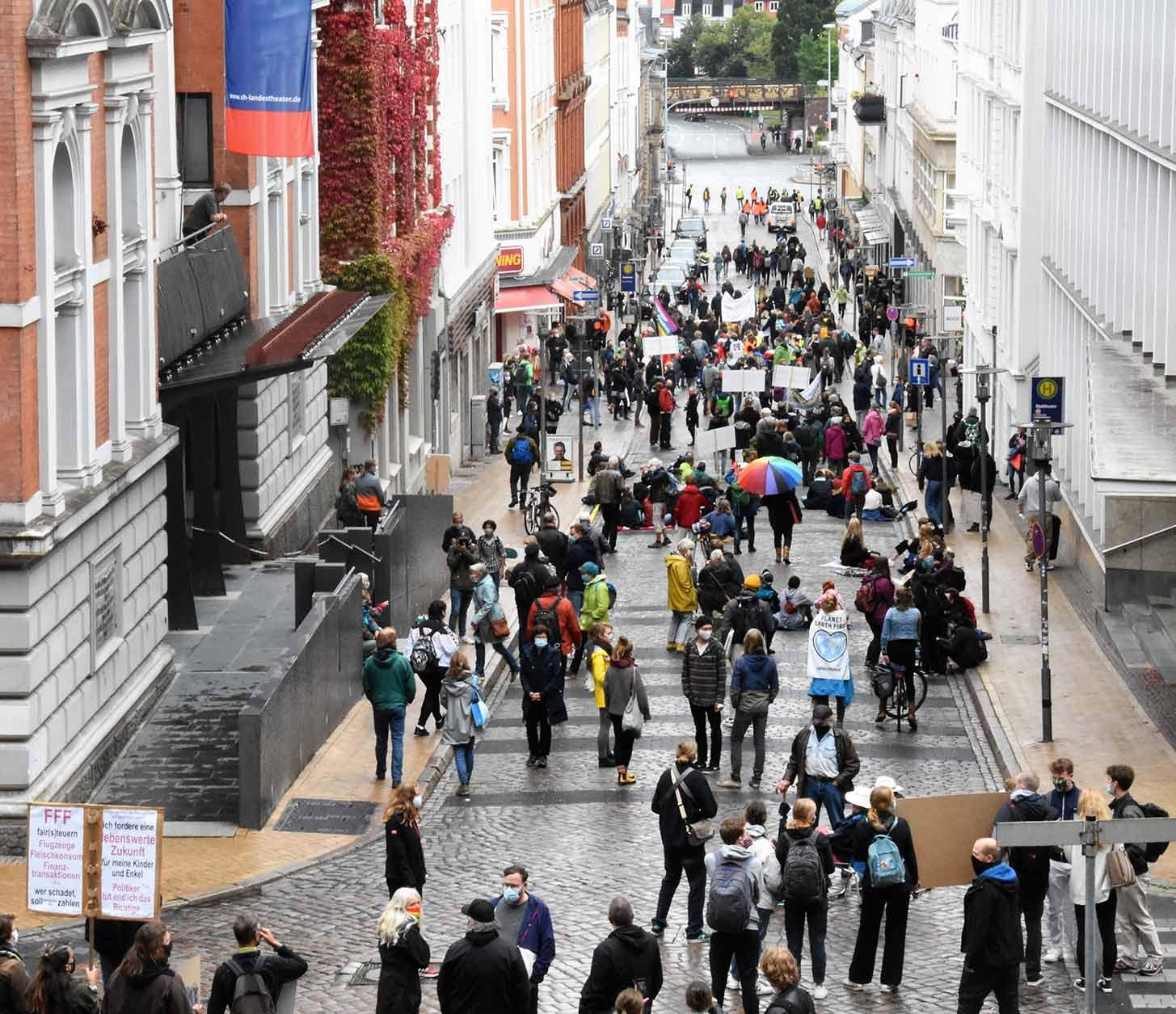 Die Teilnehmer am Klima-Aktionstag bei Ihrer Sitzblockade in der Rathausstraße