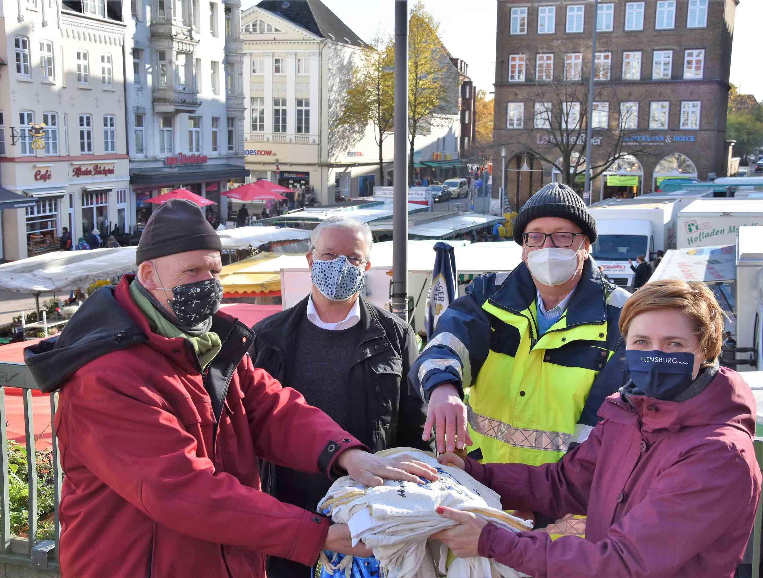 Flensburger Marktbetreiber setzen auf Stoffbeutel! Beutelübergabe