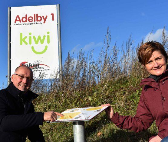 Heiko Frost (Geschäftsführer Adelby 1) und Simone Lange (Oberbürgermeisterin und Klimapakt-Vorstand) freuen sich über den neuen, öffentlich zugängigen Bienenlehrpfad.