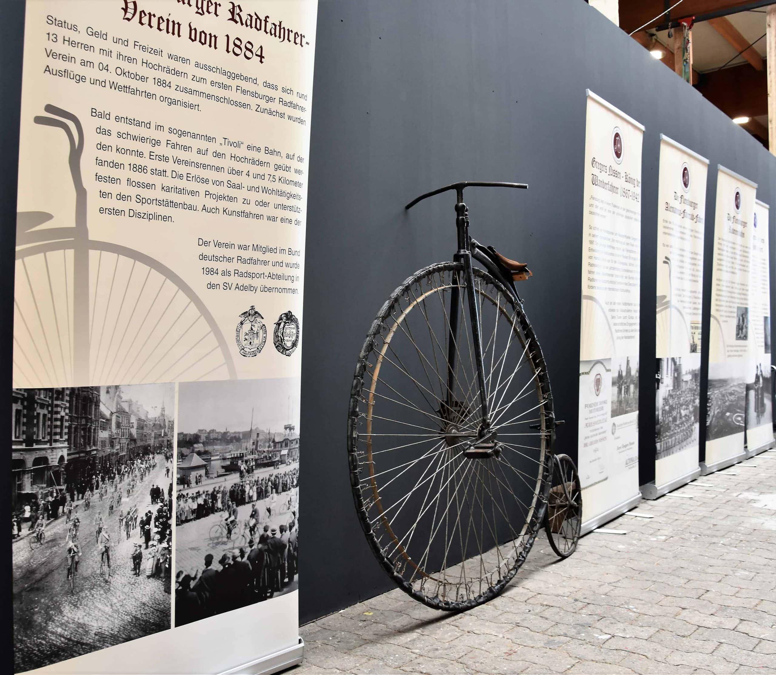 Auch der Klimapakt Flensburg e.V. präsentiert sich mit seiner kleinen Ausstellung zur Flensburger Fahrradgeschichte bei Robbe & Berking.