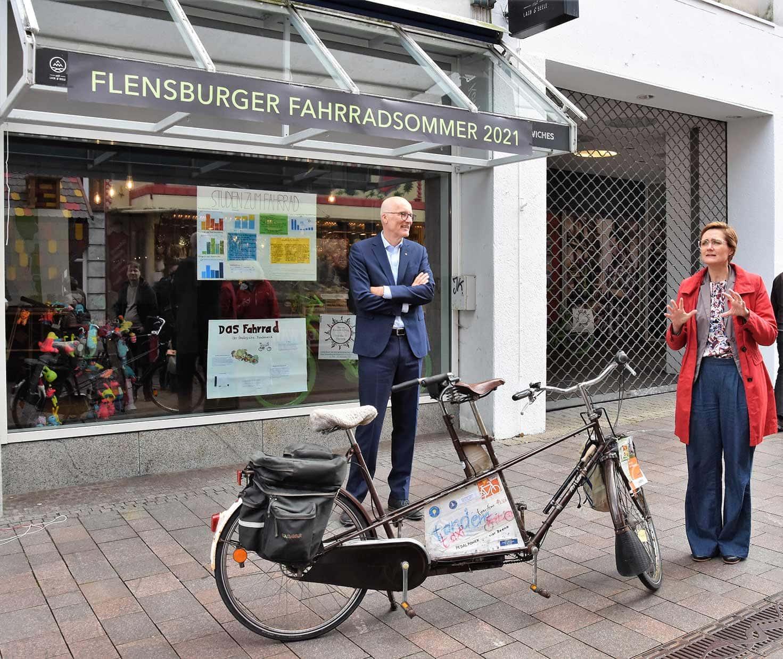 """Simone Lange (Oberbürgermeisterin und Klimapakt-Vorstand) und Thomas Menke (Vorstandsvorsitzender der NOSPA) eröffneten die Teilausstellung des """"Flensburger Fahrradsommers"""" im ehemaligen Karstadt-Gebäude."""